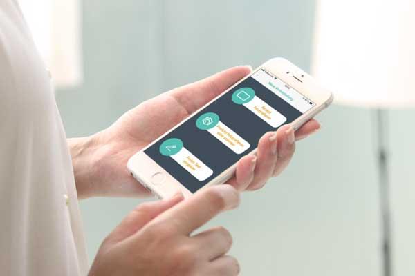 """Symbolbild zeigt ein Smartphone mit der App """"deine Apotheke"""""""