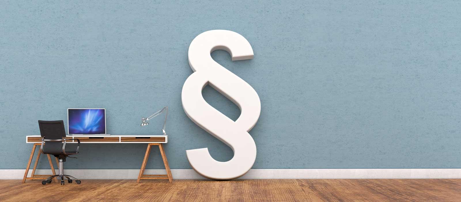 Symbolfoto zeigt ein Paragraphen-Symbol an einer Wand