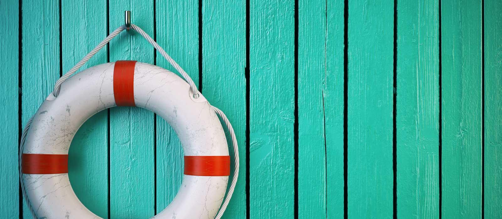 Symbolfoto zeigt einen Rettungsring, der an der Wand hängt
