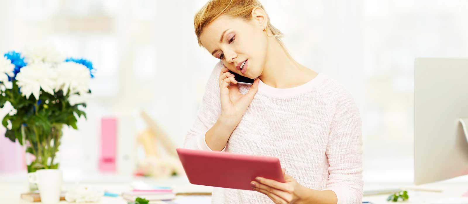 Symbolbild zur Vorbestellung zeigt eine Frau mit einem Mobiltelefon und einem Tablet-PC