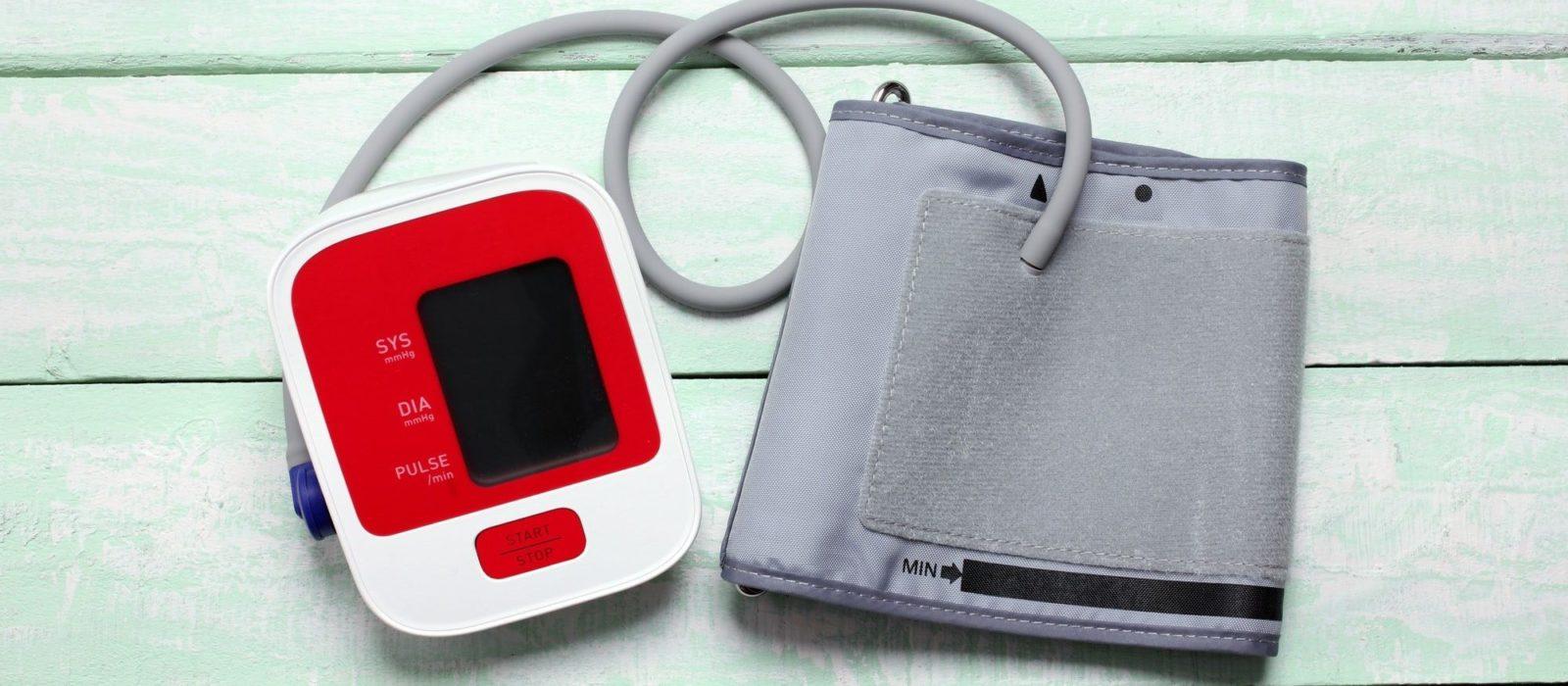 Symbolbild Blutdruckmessung zeigt ein Blutdruckmessgerät
