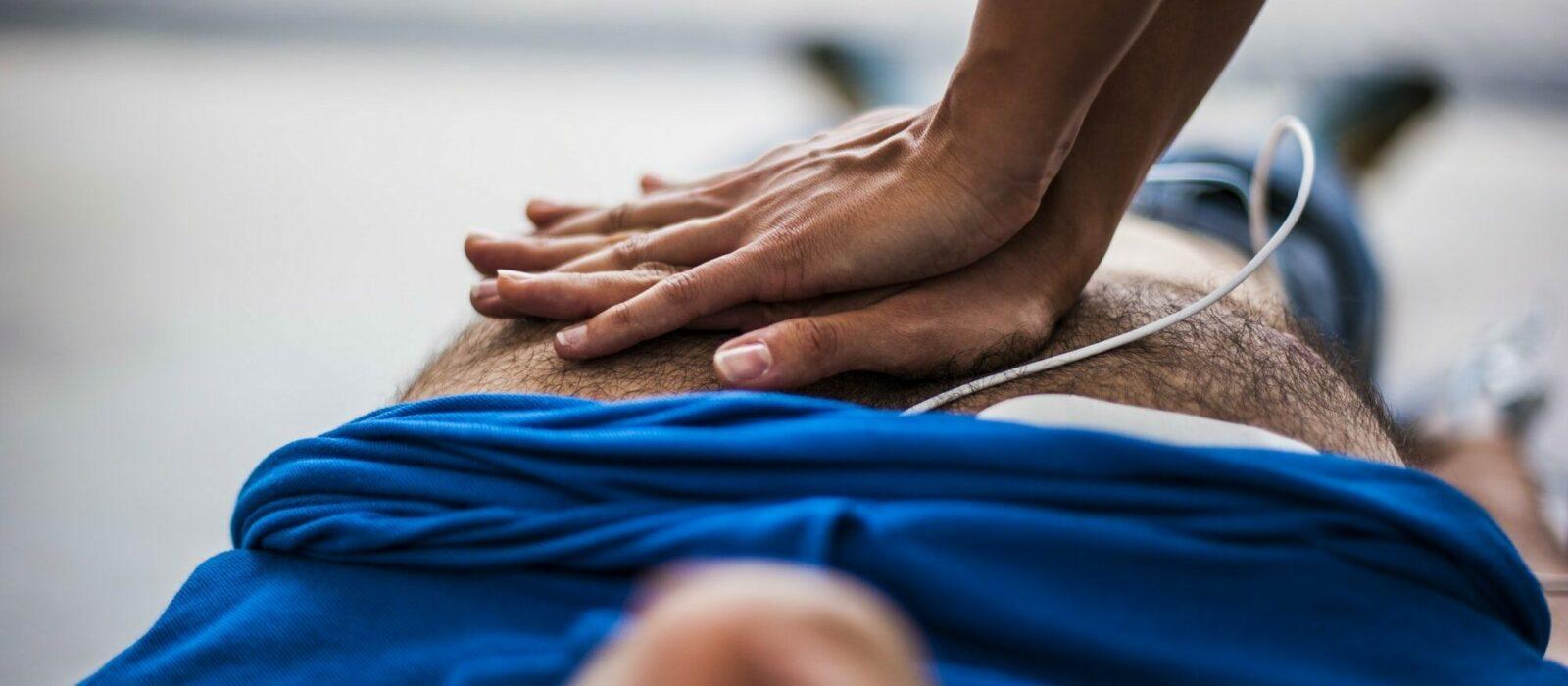 Symbolbild Patientenverfügung zeigt einen Menschen, der eine Herzdruckmassage ausführt