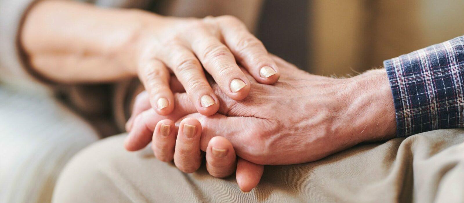 Symbolbild Empfehlungen/Partnerschaften zeigt eine Dame, die die Hand eines älteren Herren hält